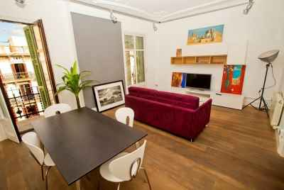 Currently not available for sale.Bright apartment in the very center of Barcelona near Paseo de Gracia with tourist license